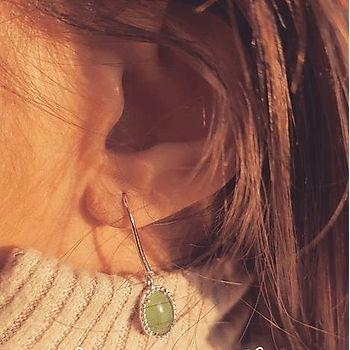 Boucles d'oreilles pendantes en argent rhodié avec aventurine.