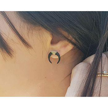Boucle d'oreilles en plaqué or et émail. Modèle croissant de lune noir.
