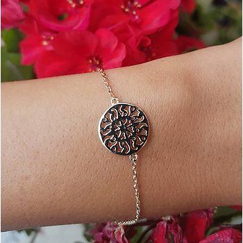 Bracelet en plaqué or avec un cercle ethnique comme motif.